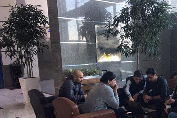 عکس ، جلسه فرهاد مجیدی و دستیارانش در فرودگاه